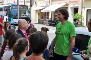 """Der Oberbürgermeister von Landshut, Hans Rampf, zeigte Interesse an """"Fair in der Region"""" und kam zum Finale der grünen Radtour durch Niederbayern."""