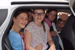 Neugierig: Die Kinder von der Fairtrade-Schule Seligenthal in Landshut wollen Antworten auf ihre Fragen zu ökologischen und fairen Verhältnissen in ihrer Region.