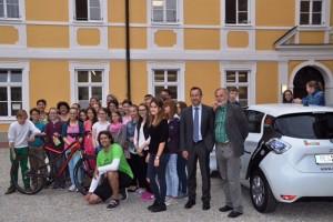Stephan Schwarzbach beim Start der grünen Radtour durch Niederbayern. Mit dabei: Schüler der Fairtrade-Schule Seligenthal in Landshut.