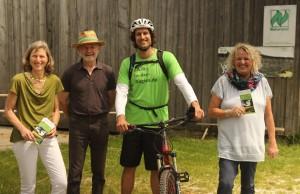 Stephan Schwarzbach (im grünen T-Shirt) auf dem Naturland-Hof Schmid.