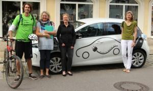 Stephan Schwarzbach zum Start der grünen Radtour durch Niederbayern mit Unterstützerinnen.