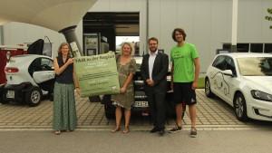 Zu Besuch bei den Elektroautos von E-WALD: Michael Achatz (2. v. r.) und Radler Stephan Schwarzbach (r.).