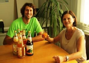 Stephan Schwarzbach bekommt bei Künzinger Saft eine Führung bei Frau Scheiblhuber