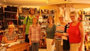 Stephan Schwarzbach mit ehrenamtlichen Mitarbeiterinnen im Fairtrade Weltladen Itiwana in Pfarrkirchen.